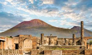 """Monte Vesubio y las ruinas de Pompeya, de donde Nicole robó los artefactos """"malditos"""" de Pompeya."""