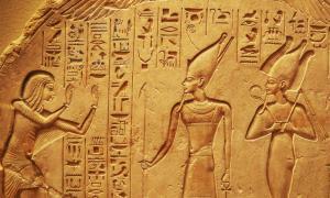 Un antiguo muro de piedra que muestra muchos jeroglíficos egipcios que ahora se pueden traducir con la piedra cibernética Rosetta de Google. Fuente: Camshea / CC BY-SA 4.0)