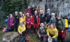 Los 15 voluntarios del experimento Deep Time, incluido el investigador jefe Christian Clot, justo antes de descender a la cueva francesa el 14 de marzo de 2021 durante 40 días de aislamiento extremo.
