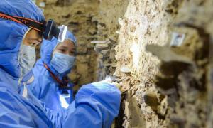 Yao Juanting y Chen Xiaoshan recogiendo muestras de sedimento dentro de la cueva de karst de Baishiya en la meseta tibetana en China. Gracias al descubrimiento del ADN mitocondrial denisovano, el equipo ha podido concluir definitivamente que los denisovanos vivían en la zona hace 100.000 años.