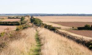 un nuevo informe del ayuntamiento ha destacado los problemas causados por los excursionistas y turistas a lo largo del Devil's Dyke en Cambridgeshire.