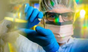 Flavio Augusto da Silva Coelho, estudiante de doctorado en ciencias biológicas de la Universidad de Buffalo, sostiene el antiguo fragmento de hueso de perro que se encontró en el sureste de Alaska. Los científicos creen que contiene pistas sobre la población de las Américas.
