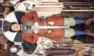 Reconstrucción del entierro de un guerrero nórdico de la Edad del Hierro. ¡Dos ricas tumbas de guerreros en Suecia también incluían edredones de plumas!