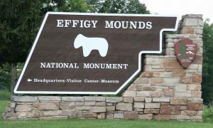 Señal de entrada al Monumento Nacional Efigie al norte de Marquette, Iowa. Fuente: Jonathunder / Dominio público