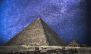 las pirámides de Giza de Egipto, en el cielo nocturno. Fuente: Aliaksei / Adobe stock