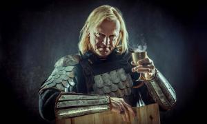 un caballero medieval que sostiene una copa de vino (diter / Adobe Stock)