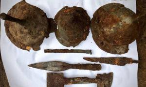 puntas de lanza, cascos y otros artículos encontrados en el sitio de entierro de guerreros germánicos. Fuente: Asociación Histórica y Cultural de Tempelburg y Museo de la Fortaleza de Kostrzyn.