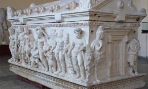 Existen varios ejemplos del sarcófago de Hércules que no son falsos. Éste se conserva en el Museo Arqueológico de Kayseri, Turquía.