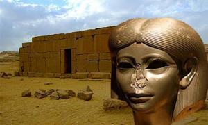El templo de Qasr el-Sagha (Roland Unger / CC BY SA 3.0). Inserto: Cabeza de una hija de la realeza egipcia que data de alrededor de 1850 a. C., se cree que era Sobekneferu. (CC BY SA)