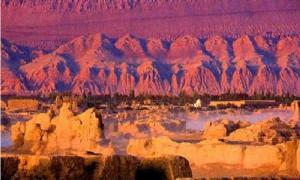 La Colorida Leyenda Tras las Montañas Llameantes de Turpán