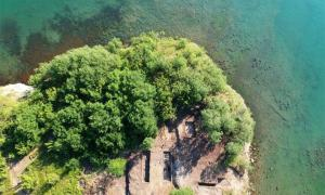 Vista aérea del centro helenístico fortificado del Cabo Chiroza encontrado recientemente en la costa del Mar Negro de Bulgaria