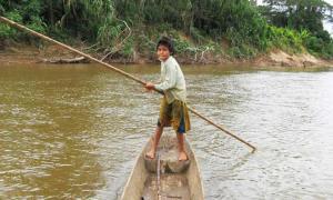 Un niño Tsimane en una canoa en la selva amazónica boliviana. Fuente: Universidad Chapman