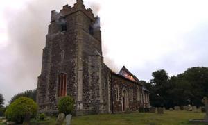 El incendio de la iglesia medieval en Wimbotsham. Fuente: Norfolk Fire & Rescue Service / Facebook.