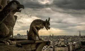 Gárgolas en la catedral de Notre Dame de Paris con vistas a París, Francia. Fuente: scaliger / Adobe Stock.