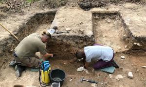 arqueólogos que investigan el lugar de enterramiento alemán. Fuente: Antiquity Publications Ltd