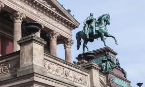 Durante un misterioso ataque a un museo alemán, al menos 70 artefactos invaluables han sido dañados en la Isla de los Museos en Berlín, un sitio del Patrimonio Mundial de la UNESCO que se compone del Museo Altes, el Museo Bode, el Museo Neues, el Museo de Pérgamo y la Alte Nationalgalerie, que se ve aquí.