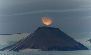 1110 d. C. fue el año en que las erupciones volcánicas causaron la desaparición de la Luna y provocaron una hambruna mundial. En la imagen: representación de la Luna sobre un volcán. Fuente: Daniel/ Adobe Stock