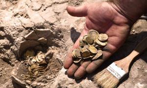 Adolescentes voluntarios que participaron en una excavación durante las vacaciones de verano descubrieron un impresionante tesoro de monedas de oro de 24 quilates en Israel que datan de hace unos 1.100 años.
