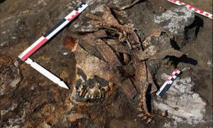 El entierro del Amazonas con un tocado ceremonial dorado. Fuente: archaeolog.ru
