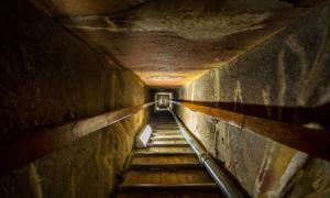 Escalera de la tumba en el centro de la Gran Pirámide. Fuente: : witthaya / Adobe Stock.