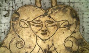 Una de las tumbas encontradas junto a la tumba del guerrer Grifo en Pylos incluye un colgante de oro con la imagen de Hathor, una diosa egipcia que protegía a los muertos. Fuente: UC Classics