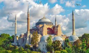 Hagia Sophia, el edificio más grande del mundo durante siglos, en un día soleado en Estambul, y debajo de esta estructura monumental se encuentra un enorme mundo subterráneo, en gran parte inexplorado.