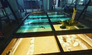 El suelo de cristal y la estructura debajo hiberno-nórdico en el nuevo supermercado Lidl en el centro de Dublín, Irlanda, diseñado por el irlandés Arqueológico Consultancy Ltd .