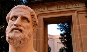 Estatua de Hipócrates y puerta del hospital Dooley. Fuente: CC BY 2.0