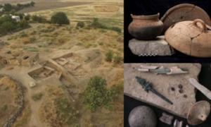 Izquierda: El sitio de excavación en Zincirli, sur de Turquía. (Lucas Stephens) Arriba a la derecha: hornear y cocinar ollas y bandejas que se encuentran en Zincirli, incluida una olla de cerámica con hollín todavía en el fondo desde la última vez que se usó (izquierda). Abajo a la derecha: los artículos que se encuentran en Zincirli incluyen agujas de bronce almacenadas en una caja de huesos (arriba a la izquierda), una figurilla de bronce de una diosa (izquierda) y nudillos de animales que se usan a menud