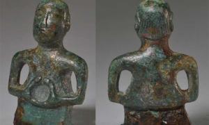 La parte delantera y trasera de la figura humanoide limpia que se encontró en 2018 en Wimpole.