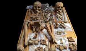 """Los investigadores están desafiando los arquetipos históricos de género, revelando muchas """"cicatrices de batalla"""" en restos esqueléticos que apuntan a la existencia de mujeres guerreras. En la imagen: los esqueletos de dos personas enterradas en una tumba antigua en Mongolia incluyen a una mujer (izquierda) que pudo haber sido una guerrera montando a caballo, con arco y flecha, dicen los científicos. Fuente: Christine Lee/ California State University"""