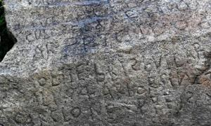 la misteriosa inscripción se encontró en una roca en el pueblo francés de Plougastel-Daoulas. Fuente: AFP