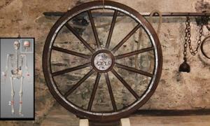Dispositivo de la rueda de la tortura. Insertar, esqueleto del joven que fue víctima de tortura en el volante. Fuente: CC BY-SA 3.0