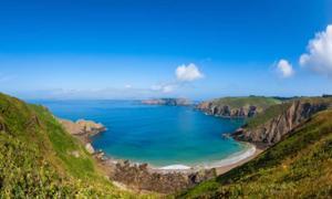 Playa remota y costa rocosa en la isla Sark. Fuente: allard1/ Adobe Stock.