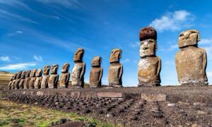Grupo de estatuas Moai en la cantera de Rano Raraku, Isla de Pascua. Fuente: thomaslusth/ Adobe Stock