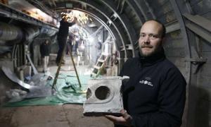 """el arqueólogo de la Autoridad de Antigüedades de Israel, Ari Levi, sostiene la rara mesa de medición de 2.000 años de antigüedad desenterrada en el sitio de excavación del """"antiguo mercado de Jerusalén"""". Fuente: Ari Levi / Autoridad de Antigüedades de Israel"""