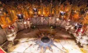 Una estrella plateada marca el lugar tradicional donde nació Jesús en una gruta debajo de la Iglesia de la Natividad de Belén.