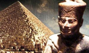 ¿Es la Pirámide de Giza el lugar de descanso final de Khufu como afirman los egiptólogos? Deriv; Pirámide de Giza (CC BY 2.5), Khufu (ídolo de marfil, dominio público).