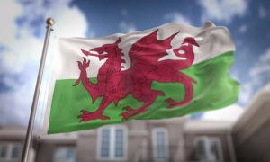 Bandera de Gales en el cielo azul.