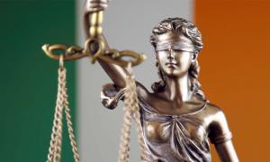 A principios del siglo XVII, el derecho consuetudinario inglés se introdujo en Irlanda sustituyendo a la ley irlandesa antigua.