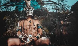 El dios azteca del inframundo Mictlantecuhtli fue representado como un esqueleto salpicado de sangre o una persona que lleva un cráneo con dientes.