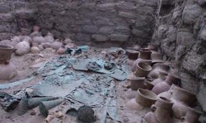 Una tumba rica de Moche con artefactos de cobre elaborados y varios recipientes de cerámica.