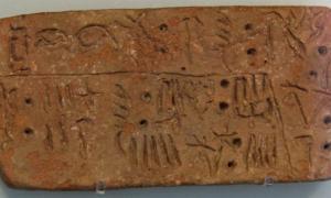 Un ejemplo, uno de los pocos, de la escritura minoica lineal A, que se encuentra en Creta, Grecia.