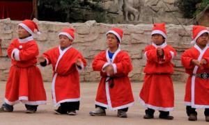 Personal y visitantes del Reino de los Pequeños, Kunming. Fuente: Daily Hunt