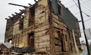 Casa de troncos de la era revolucionaria revelada por los demoledores. Fuente: Valley Girl Views