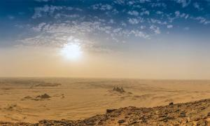 El sitio arqueológico Jabal Maragha en Sudán ha sido destruido por saqueos a escala industrial. Imagen ilustrativa de Jebel Bakal a través del desierto sudanés con las pirámides.