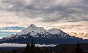 Monte Shasta en las nubes al atardecer. Fuente: Jordan / Adobe Stock