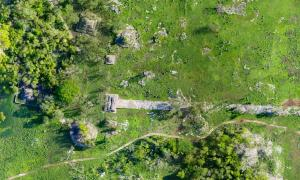 Construida a principios del siglo VII, el camino maya recubierto de yeso blanco comenzó en Cobá y terminó en Yaxuná. Fuente: Traci Ardren y Dominique Meyer / Universidad de Miami.