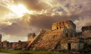 Castillo fortaleza al amanecer. ¿Los cráneos de trofeos ayudan a explicar el colapso del otrora gran imperio? Maya Fuente: : soft_light / Adobe Stock