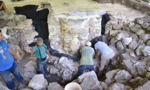 Máscara maya hecha de estuco que fue descubierta en la península de Yucatán en México.